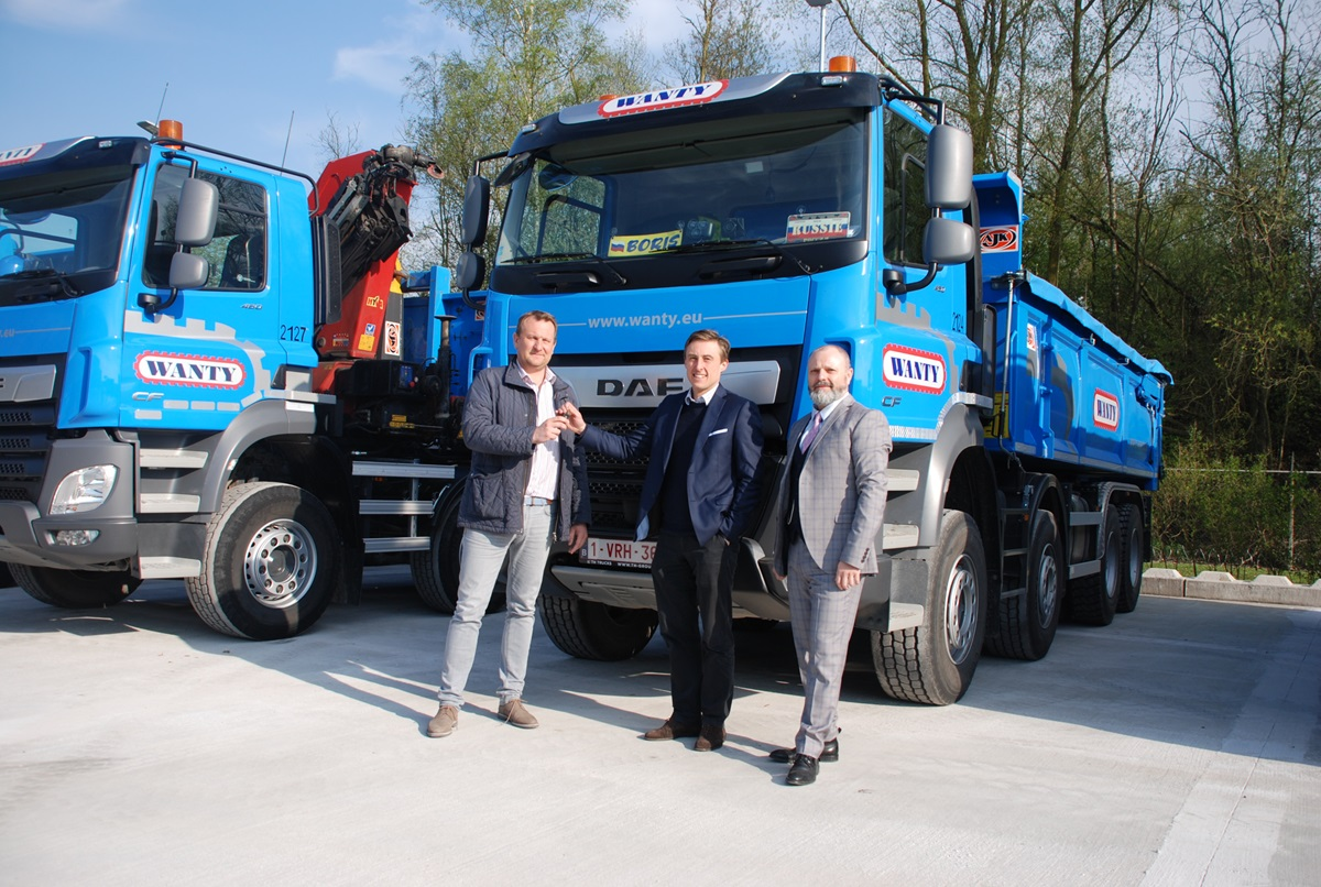 Remise des clés d'un des nouveaux multi-essieux. De gauche à droite: Benoît Soenen, CEO du Groupe Wanty, Filip Matthijs, Directeur TH Trucks et Jean – Claude Lardinois, accountmanager de TH Trucks.