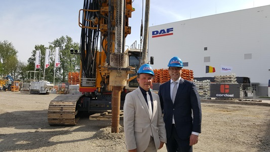 01-Minister-Muyters-and-DAF-President-Wolters-at-the-building-site-of-the-DAF-cab-factory-expansion